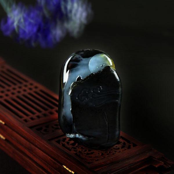 <a title=顾铭 href=http://www.zgyzyq.com/yunshizhai target=_blank>顾铭</a>青花籽《山月随人》玉牌